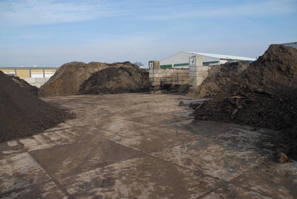 Tuin Zand Afvoeren : Gemengde tuinafval container groen beetje grond puin en hout